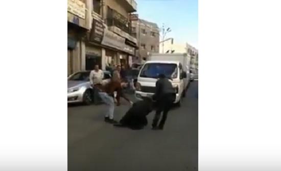 شاهدوا بالفيديو كيف تقوم هذه المتسولة باعاقة السير واجبار السائقين على دفع النقود