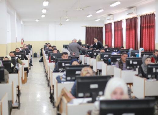 رئيس جامعة الزرقاء يتفقد قاعات امتحان الكفاءة الجامعية