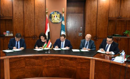 زواتي توقع اتفاق استيراد 10% من احتياجات توليد الكهرباء من الغاز المصري