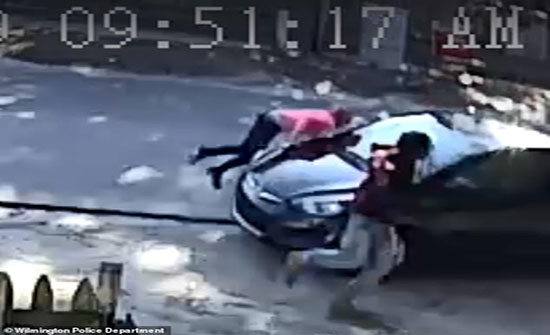 بالفيديو : فتاة تنتقم من خطيبها السابق وتدهس حبيبته عمدا