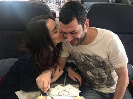 صور رومنسية تثير البلبلة... شاهدوا مراد يلدريم وزوجته يقضيان شهر عسل جديد