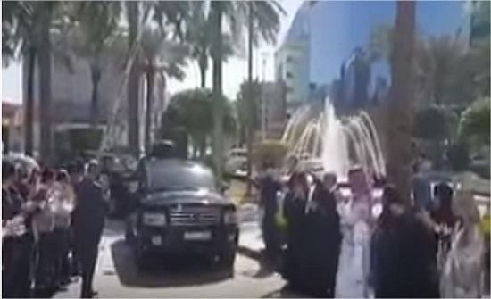 بالفيديو .. هكذا يصل الوليد بن طلال الى مقر شركته بعد اطلاق سراحه
