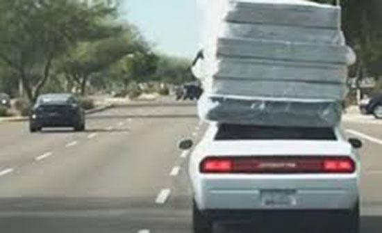 عامل متهور ينقل 6 مراتب على سقف سيارة (فيديو)