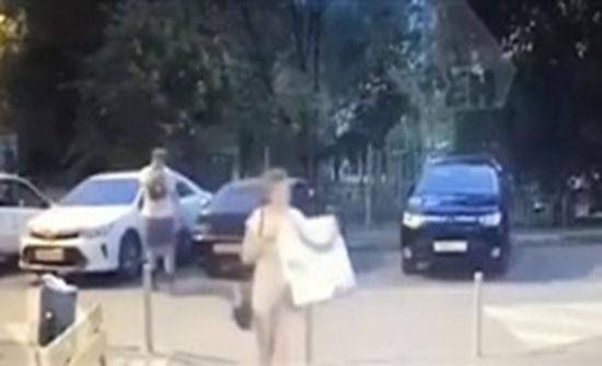 رجل ينجو من محاولة قتل بأعجوبة (فيديو)