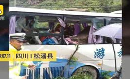 بالفيديو... صخرة تهوي على حافلة وتقتل 8 أشخاص في الصين