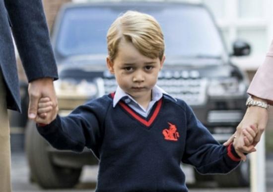 """امرأة """"مولعة"""" بالعائلة الملكية اقتحمت مدرسة الأمير جورج"""