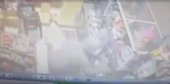 بالفيديو.. لحظة اعتداء لص على مسن بـ«سيف»