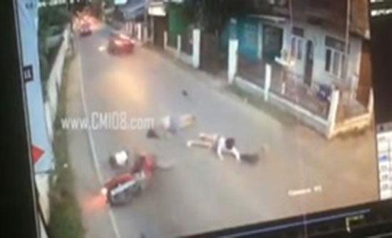 بالفيديو : حادث مروع لامرأتين وطفل يستقلون دراجة بخارية