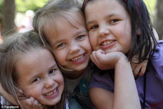 فيديو| 3 فتيات تبنى والداهن طفلاً ذكراً.. ماذا فعلن؟!