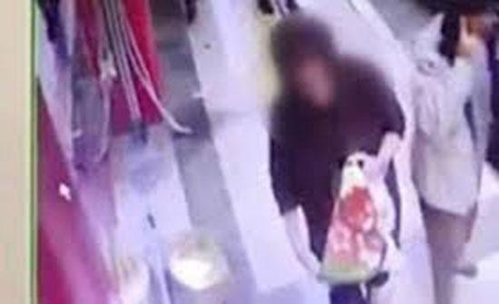 لقطات صادمة لامرأة تسرق بطانية قطة تستدفئ بها في الشارع (فيديو)