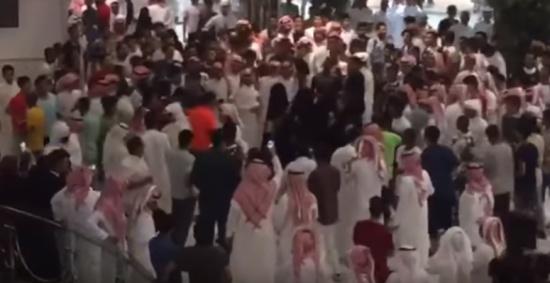 فيديو| تحرش جماعي بفتيات في مركز تجاري بالسعودية!!