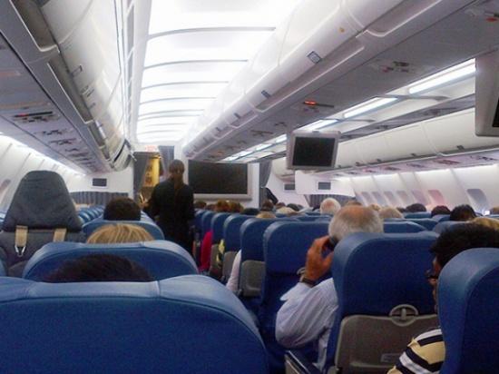 طائرة اردنية تعود الى مطار القاهرة بسبب راكب خائف