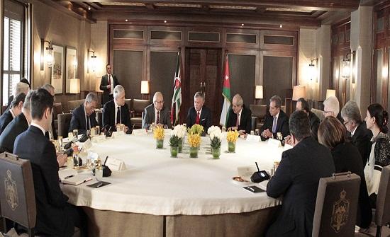 الملك يستقبل وفدا من أعضاء مجلس أمناء مركز نظامي جانجافي الدولي