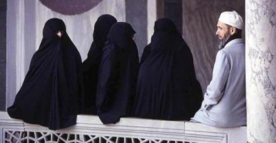 سعوديات يطالبن بـ تعدد الزوجات إجباريا في المملكة ويشعلن تويتر.. والكلباني يشارك بتغريدة