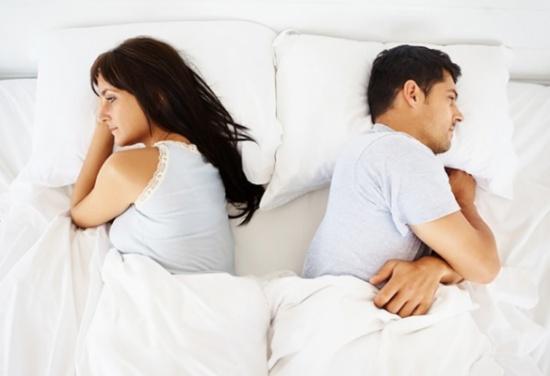 طلبت الخلع والسبب: ينام بحافظة نقوده ويخفي طعامه تحت السرير!