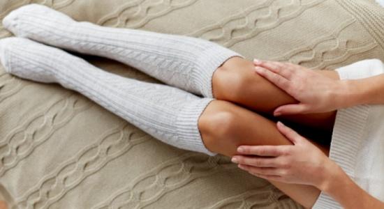 كيف تتخلصين من سواد وخشونة الركبة والأكواع؟