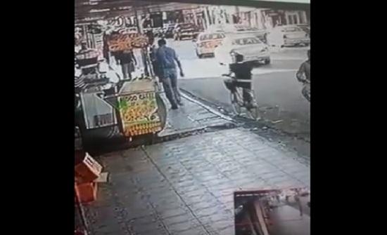 بالفيديو : شرطي ينقذ فتى من الموت تحت عجلات قلاب في المفرق