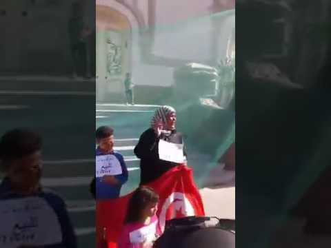 فيديو  في تونس الثورة..امرأة تعرض أبناءها للبيع من شدة الفقر!!