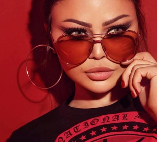 بالفيديو- شاهدوا طرافة هيفاء وهبي.. وخمنوا كم ثمن نظارتها الغريبة!