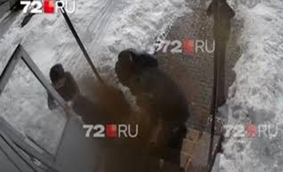 مقتل مسن بسبب سقوط الثلوج على منزله (فيديو)