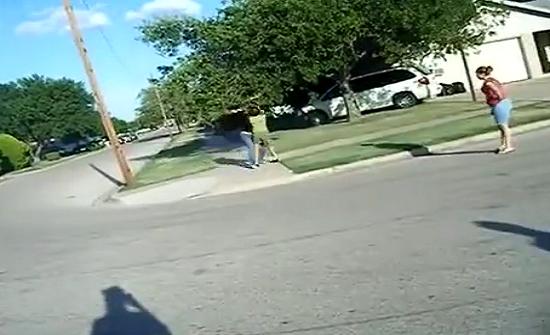 بالفيديو : مشاجرة عنيفة بين فتاتين امريكيتين وسط تشجيع النساء