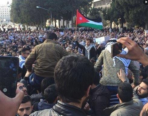 تظاهرات شعبية حاشدة بأنحاء العالم تندد بقرار ترامب (شاهد)