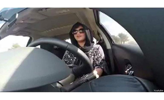 عربية توثق بهاتفها لحظة اعتداء شاب عليها