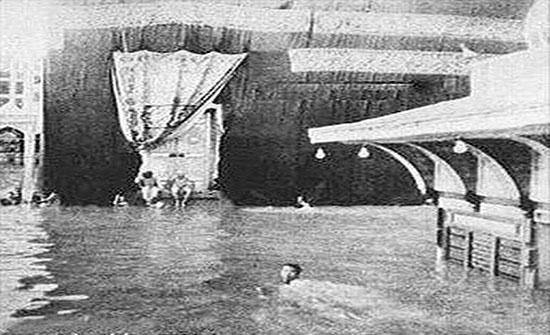 هل تخيلت الطواف حول الكعبة سباحة؟ هذا فعلها قبل 77 عاما