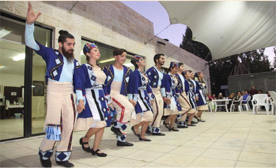 فرقة آراز للفلكلور الأرمني تعرض لوحات استعراضية فلكلورية راقصة