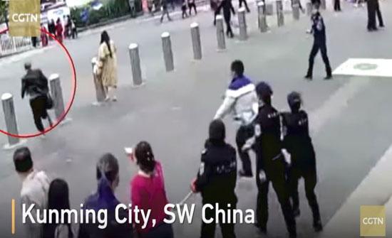 رجل يلقي القبض على تاجر مخدرات في محطة قطار صينية (فيديو)