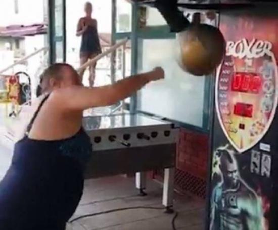 بالفيديو.. امرأة تتعرّض لموقف محرج في الملاهي!