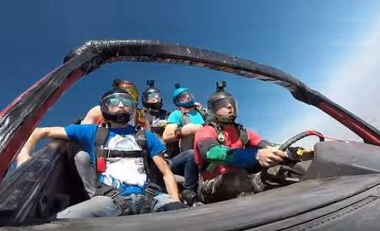 شباب يقفزون بسيارتهم من طائرة - فيديو