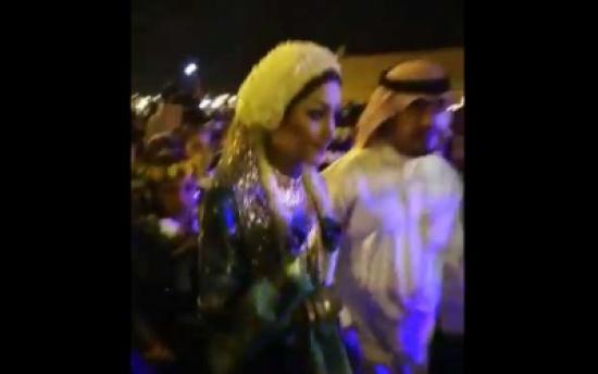فتاة سعودية تثير الجدل برقصها مع رجال… فيديو