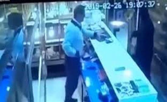 رد فعل صاحب متجر مجوهرات لحظة اقتحام لص وقتل العامل (فيديو)