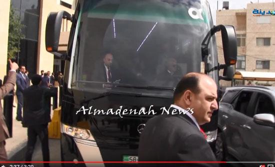 بالفيديو  : شاهدوا   النواب العرب وهم يستقلون الحافلة المخصصة باتجاه قصر الحسينية للقاء الملك