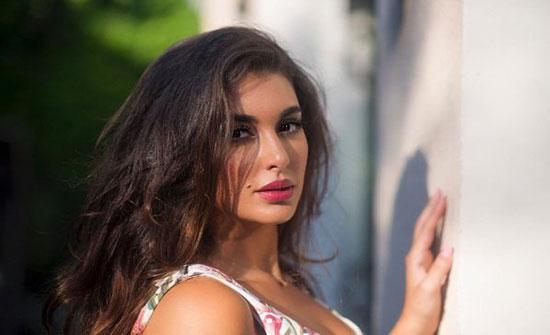 """ياسمين صبري تقف على رأسها.. والمتابعون: """"عاش يا وحش"""""""