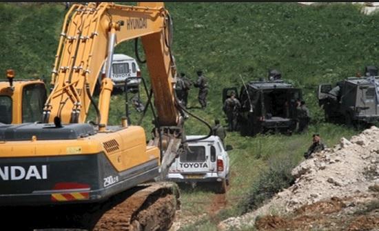 الاحتلال الإسرائيلي يجرف طريقا زراعية جنوب الخليل