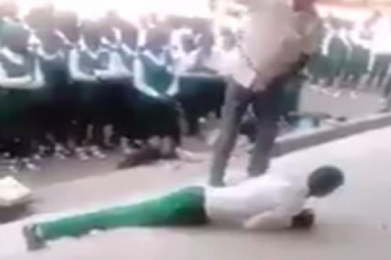 شاهد.. مدرس يعتدي على طلاب بالعصا بسبب التأخير