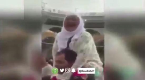 فيديو| شاب مصري يتطوّع بحمل مُسنّة على كتفيه ويطوف بها حول الكعبة