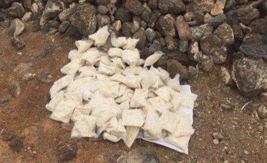ضبط 200 الف حبة مخدرة أخفيت بين الصخور في البادية الشمالية.. (صور)