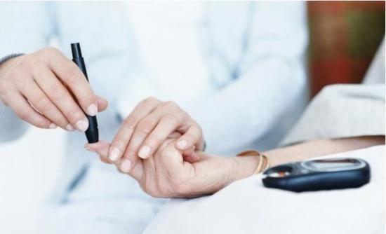 طبيب فرنسي يحاضر حول أمراض الغدد الصماء والسكري والخصوبة