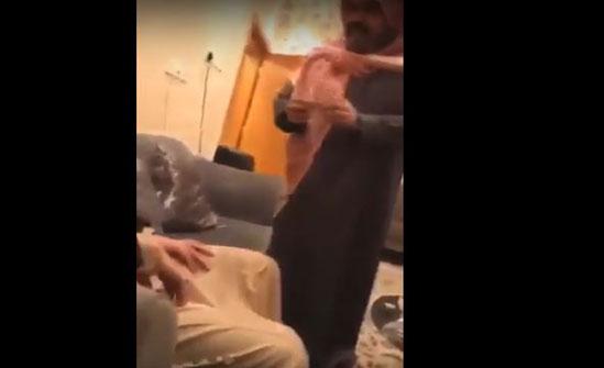 سعودي مشهور يهين عاملاً بطريقة مذلة (فيديو)