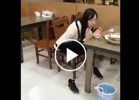 لقطات مذهلة لفتاة تستخدم قدميها عوضا عن ذراعيها المفقودتين (فيديو)