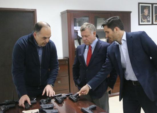 الملك يزور الشركة الأردنية لتصميم الأسلحة الخفيفة