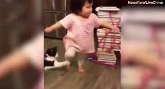 فيديو طريف| قطّة 'خبيثة' تعرقل طفلةً وتُسقطها أرضاً!