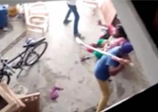 شاهد بالفيديو: لأنها أنجبت بنتًا.. امرأة هندية تتعرض للضرب المبرح من زوجها وشقيقه