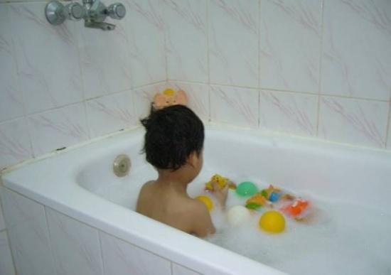 تحذير للأمهات.. توفي ابنها بعد ساعة فقط من الاستحمام!