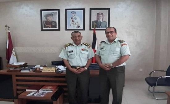 ضابط اردني يعيد مبلغاً كبيراً لسائح أمريكي