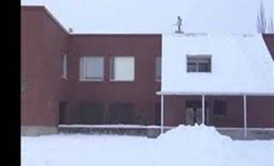 مشهد مؤلم لمتزلج يفقد السيطرة ويسقط من أعلى سقف (فيديو)