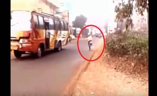 فيديو مؤلم: قام بحمل جثة طفلته لساعات.. والسبب صادم!!